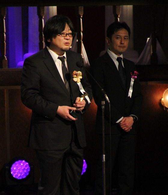 Hosoda (left) receiving a prize from the Japanese Academy.